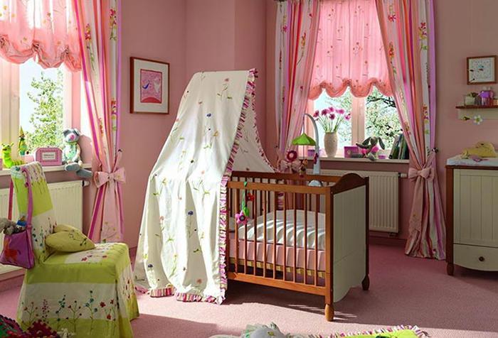 Розовые занавески в детской