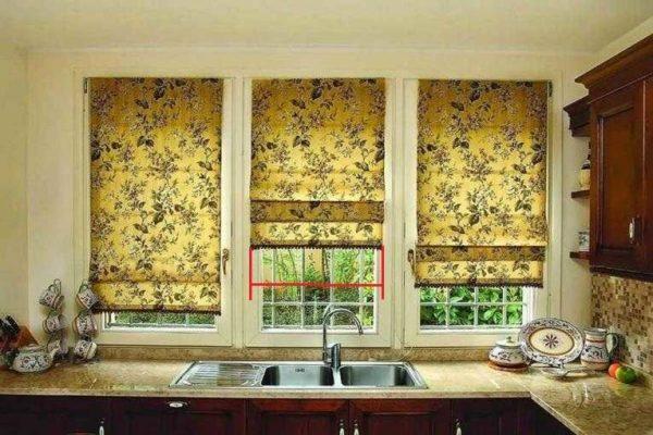 Плотно римской шторы должно закрывать стекло и быть немного шире