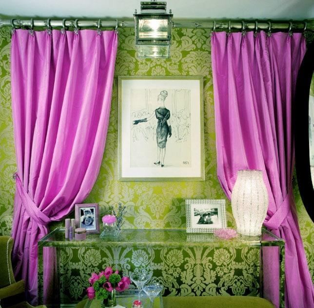 розовые шторы в зеленой комнате