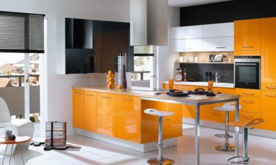 Жалюзи в оранжевой кухне