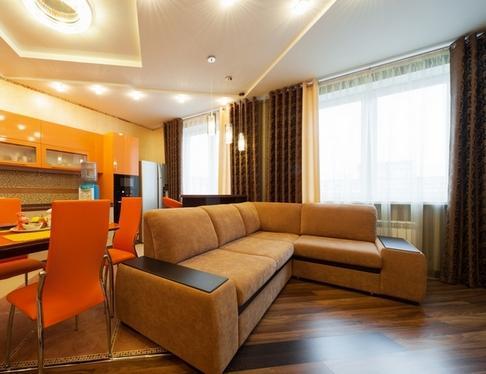 Оранжевая кухня коричневые шторы