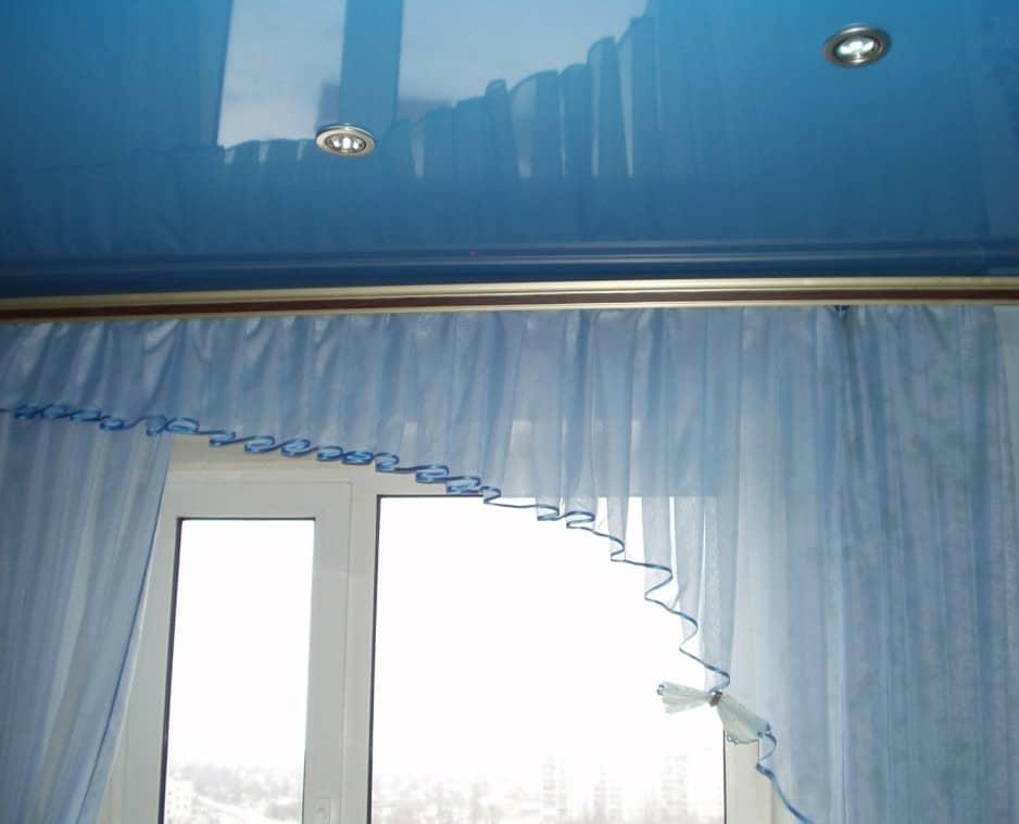 Под натяжной потолок обычно используют карнизы специального типа, их иногда называют плоскими шинами