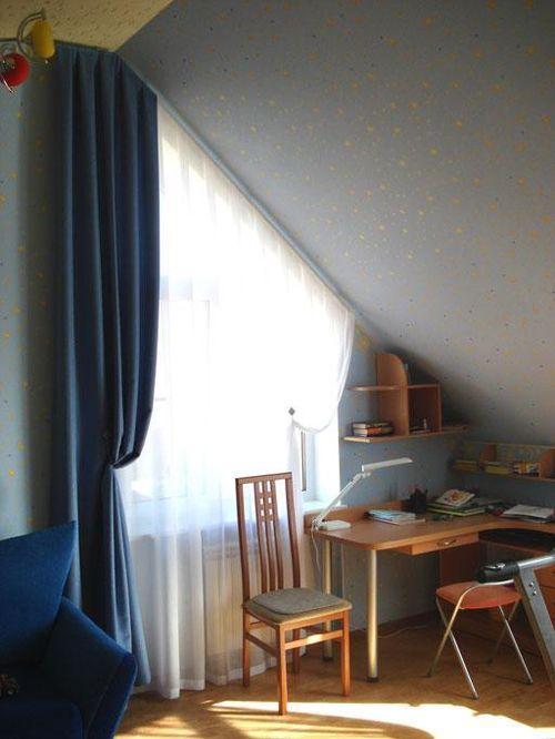 Шторы на скошенные окна: фото идеи как повесить