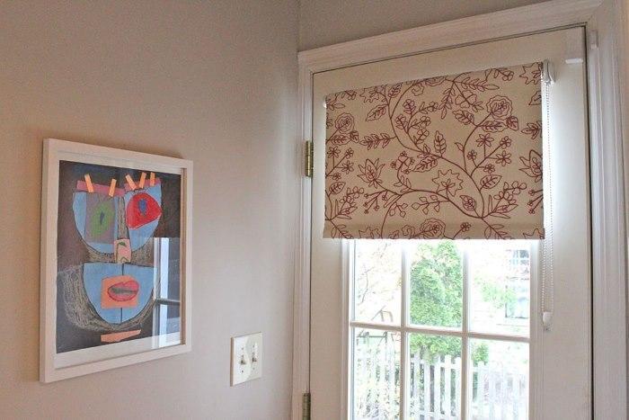 Открытая рулонная штора на входной двери