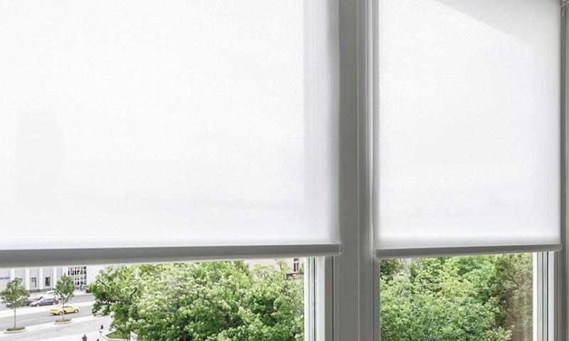 Белое полотно рулонной шторы из хлопка