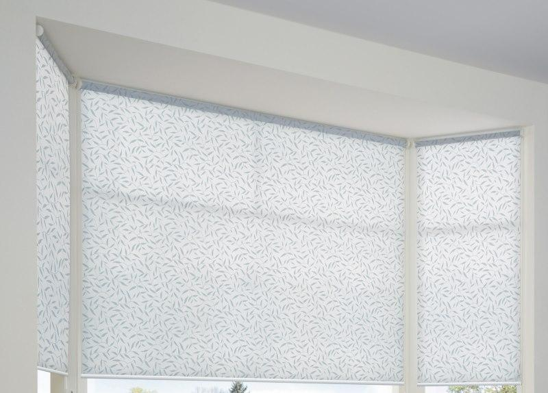 Светлые рулонные шторы из ткани димаут