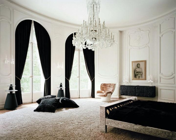 котнраст черных штор и белой комнаты