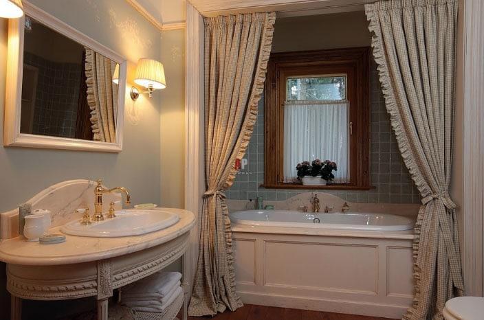 ванная команта со шторами
