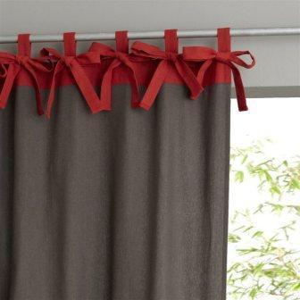 Один из популярных вариантов крепления штор на карниз - декоративные петли на шторах
