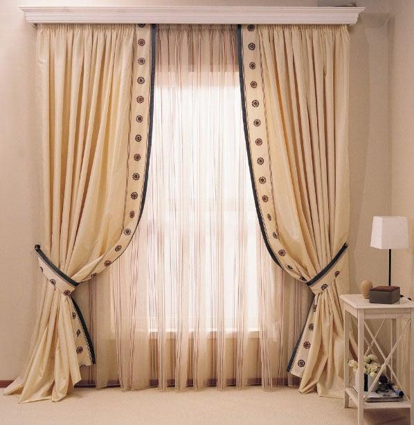 классические шторы бежевого цвета