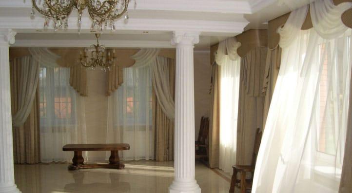 шторы в гостиной с балконом
