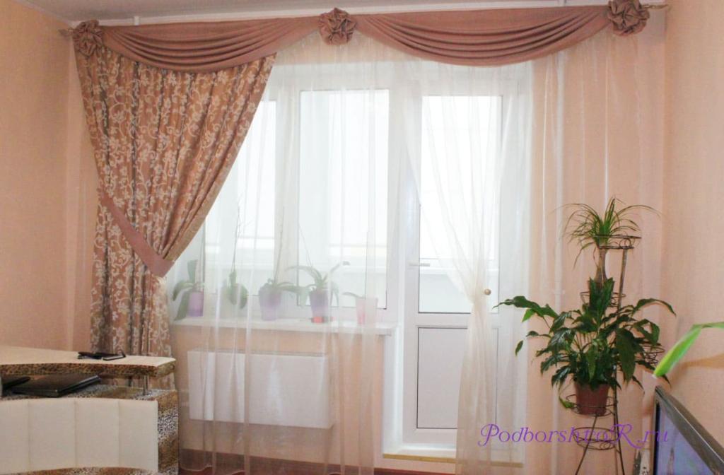 шторы в зале с балконом