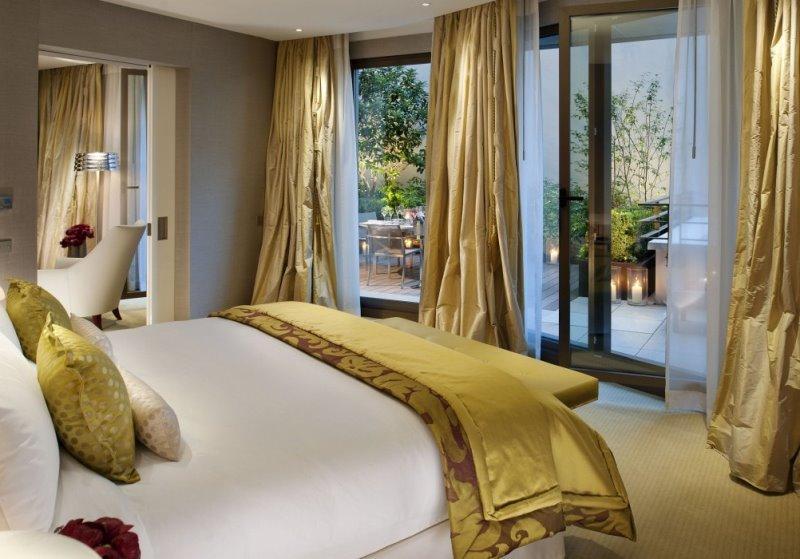 спальня с золотыми шторами