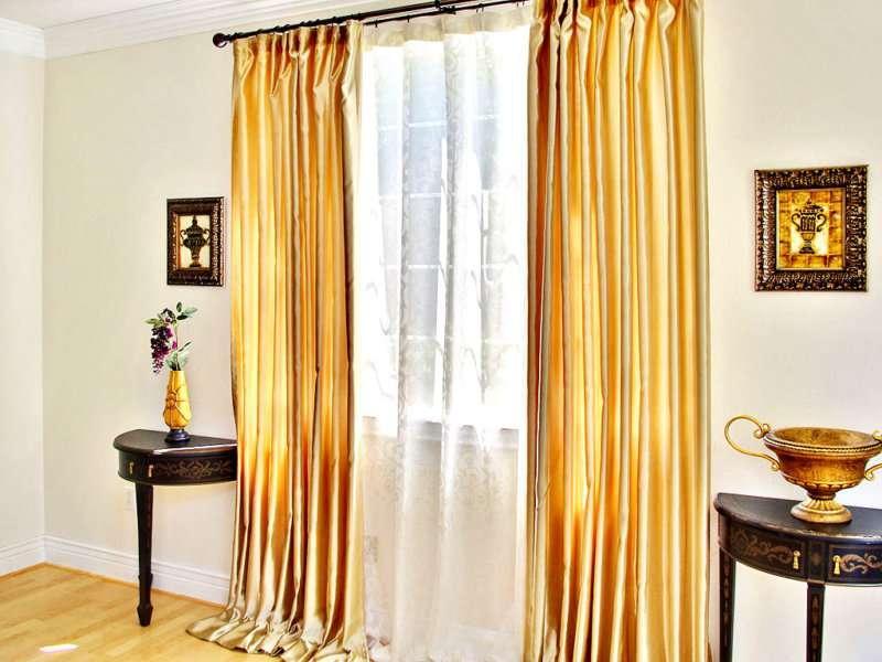 золотые занавески в гостиной