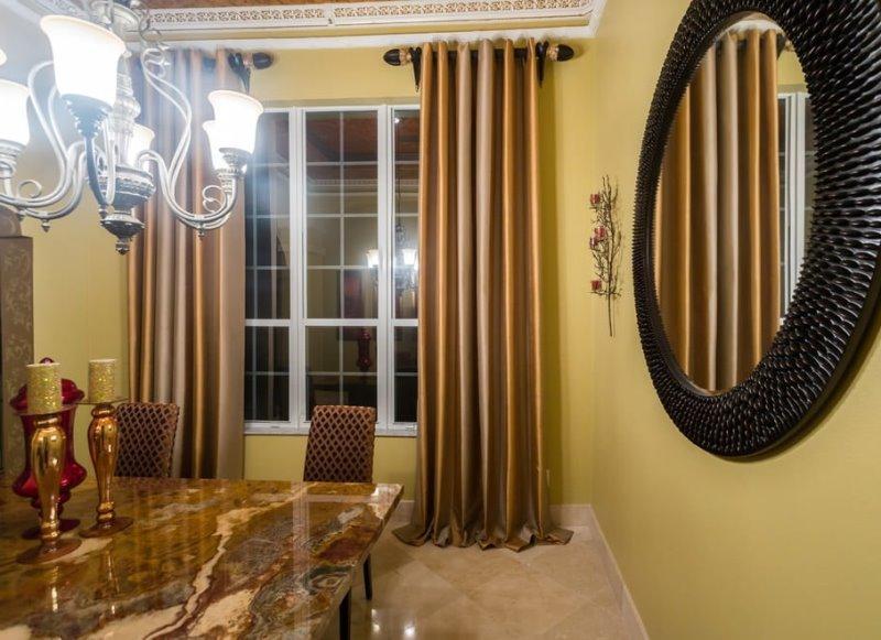золотистые с червонным отливом шторы на кухне