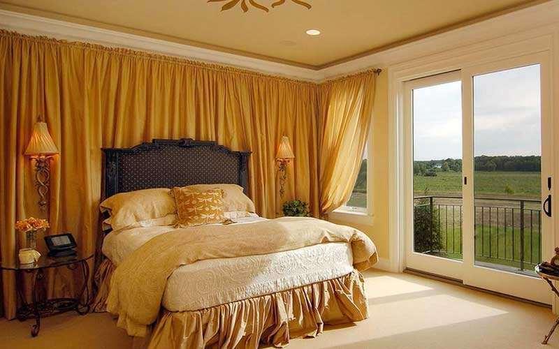 преобладание золота в спальне