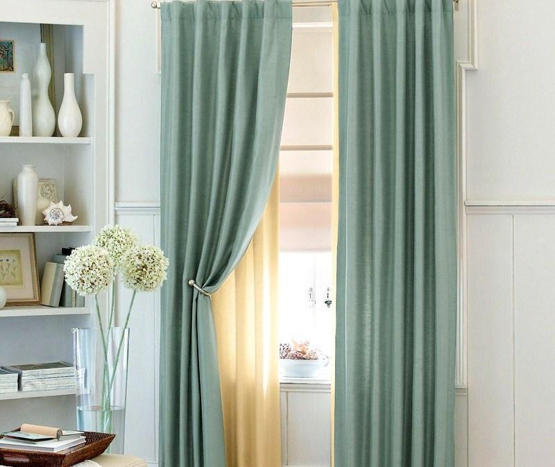 Шторы нежно-зеленого цвета в спальне