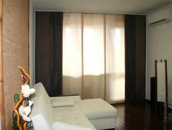 Однотонные японские шторы в гостиной стиля модерн