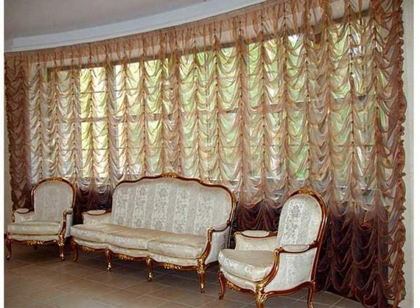 Австрийские шторы в классическом дизайне гостиной