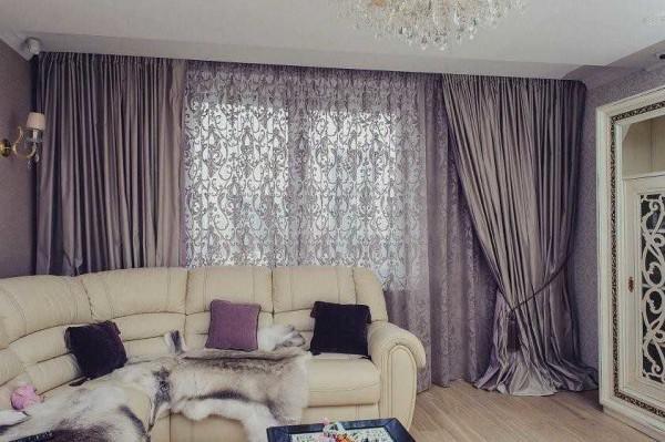 Если шторы для гостиной состоят из кружевных гардин, портьеры лучше выбрать без рисунка