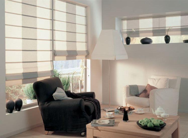 классические римские шторы в интерьере гостиной