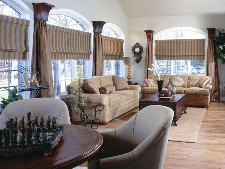 римские шторы в гостиной с арочными окнами