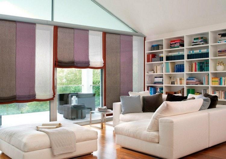 римские шторы из нескольких полос разного цвета в гостиной