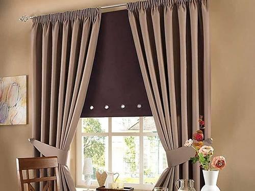Жалюзи и шторы одинаковой плотности – хороший вариант для современного интерьера