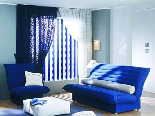 Сочетание штор и жалюзи помогает обыграть идею двухцветности интерьера