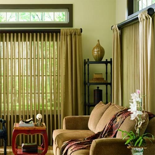 Вертикальные тканевые жалюзи и шторы для гостиной в мягком кремовом цвете