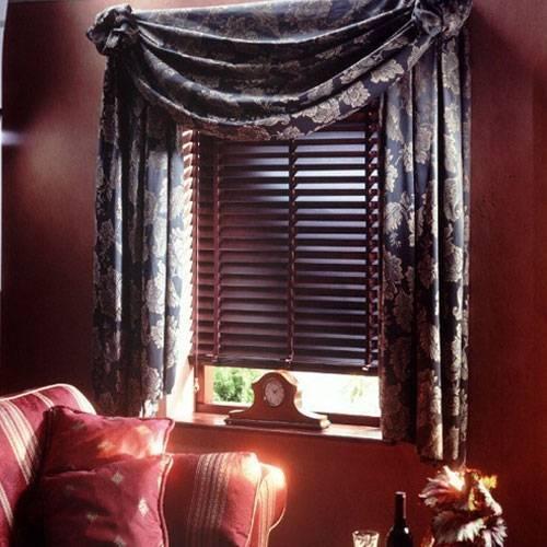 Дерево и атласные шторы с драпировкой – аристократическая роскошь, превосходно контролирующая освещение комнаты