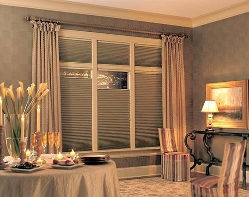 Жалюзи-плиссе и шторы одного цвета в интерьере комнаты