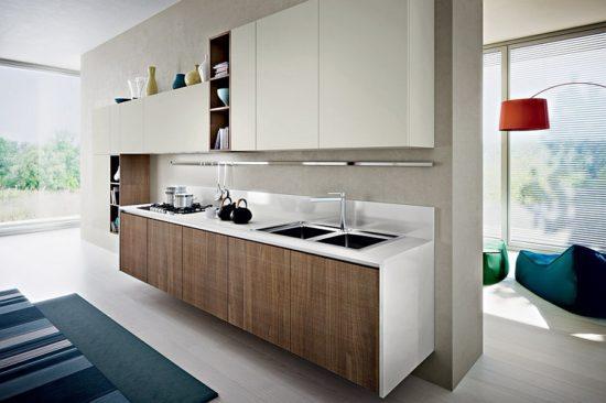 Дизайн кухни в эко-стиле с натуральным деревом в шоколадных тонах и молочным фоном