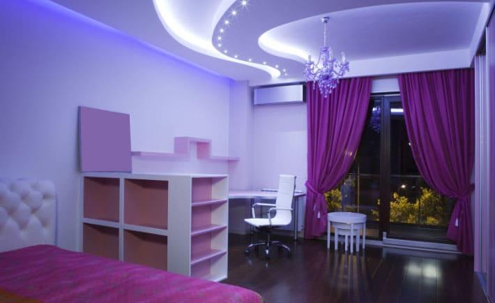 фиолетовые шторы в интерьере спальни