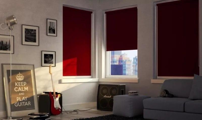 Приоткрытая штора блэкаут на окне гостиной