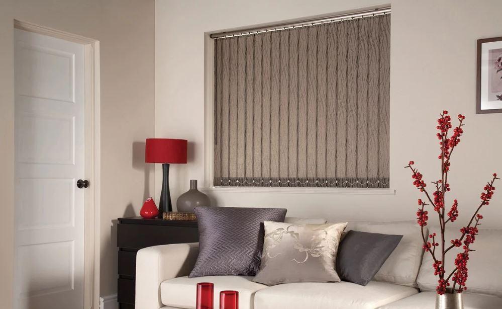 Оформление окна гостиной вертикальными тканевыми жалюзи