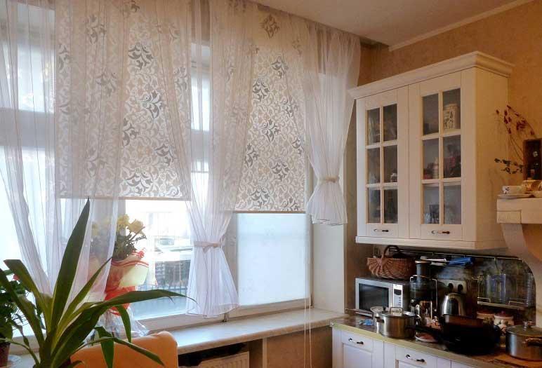 Ролеты на кухонном окне в сочетании с тюлем