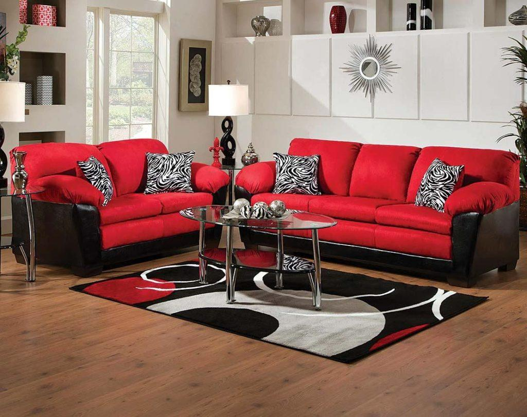 Два красных дивана в интерьере комнаты