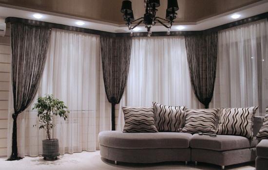 Занавески в виде нити в интерьере гостиной