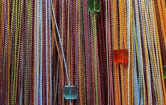 Разноцветные нитяные шторы с бусинами