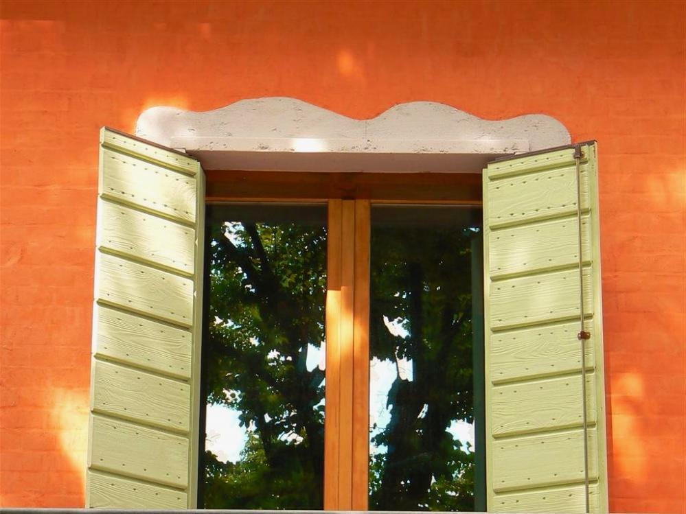 Зачем закрывают ставни на ночь? Чтобы уберечь внутреннее убранство дома от посторонних глаз и сохранить тепло на ночь...