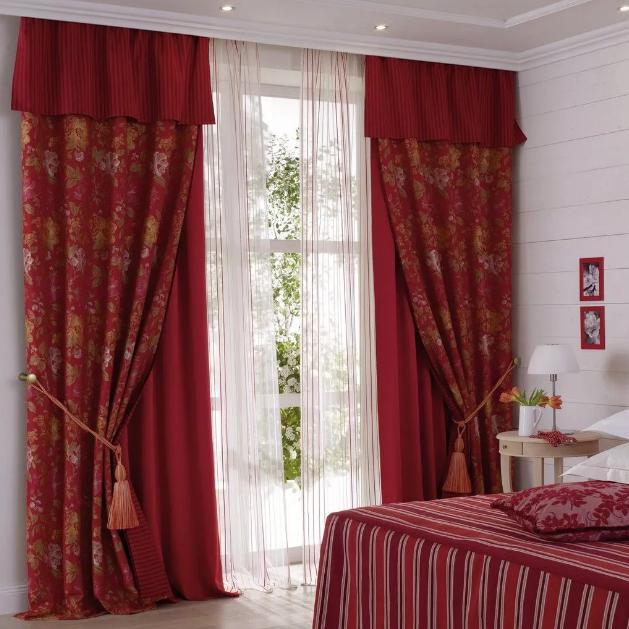 шторы красного цвета в спальне