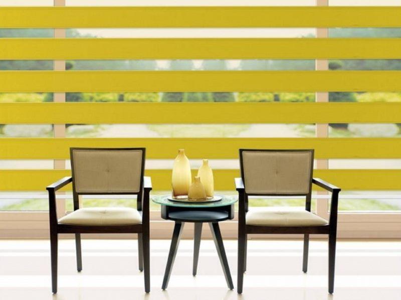 Шторы с желтыми полосами на большом окне гостиной