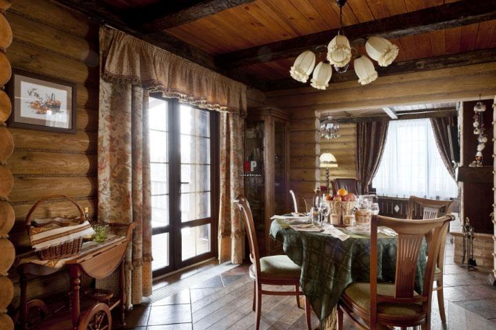 Оформление маленьких окон гардинами и шторами в доме из дерева