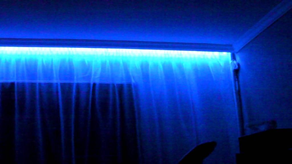Иногда, устанавливая потолочный карниз и потолочный плинтус, застройщики заодно ставят и подсветку, но это вариант на любителя