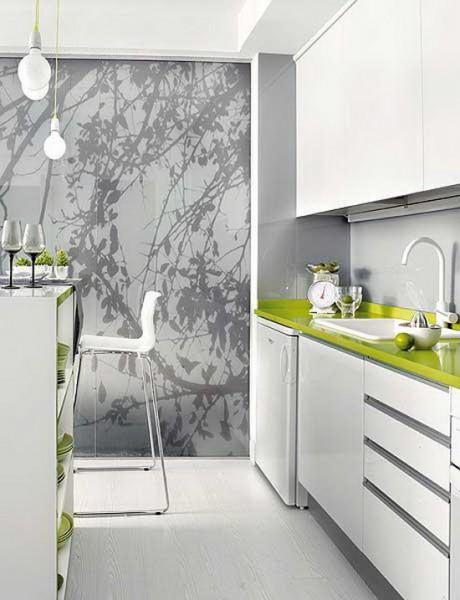 Оригинальная зеленая столешница разбавит однотонность серого цвета на кухне.