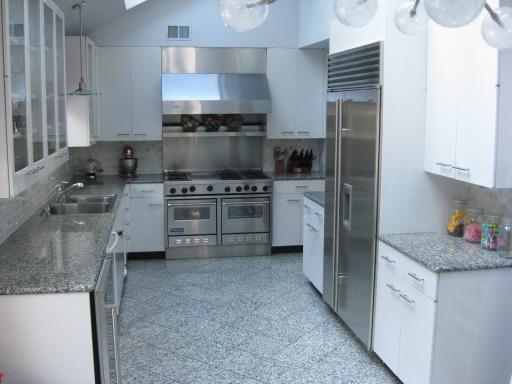 На фото классический вариант дизайна: серая кухня и белая мебель.