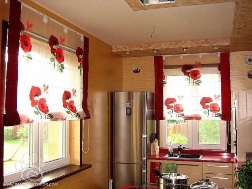 Выбрав для римских штор ткань с ярким цветочным принтом, можно оригинально украсить окна кухни