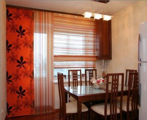 Комбинация разных рисунков на ткани и разных видов штор может стать вариантом оформления окна