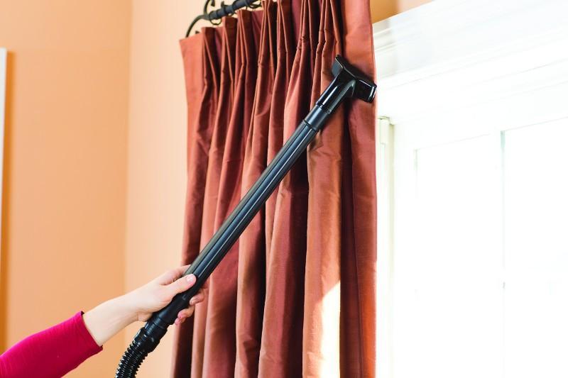 Сухая чистка на весу с применением аппаратов для подачи струи сухого воздуха без съема штор